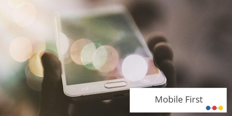 Blick auf iPhone, in der Hand gehalten, mit buntem Lichteffekt